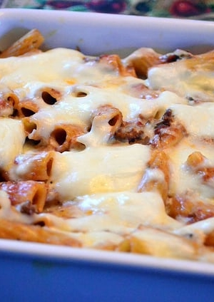 A close up of baked rigatoni with meat sauce.