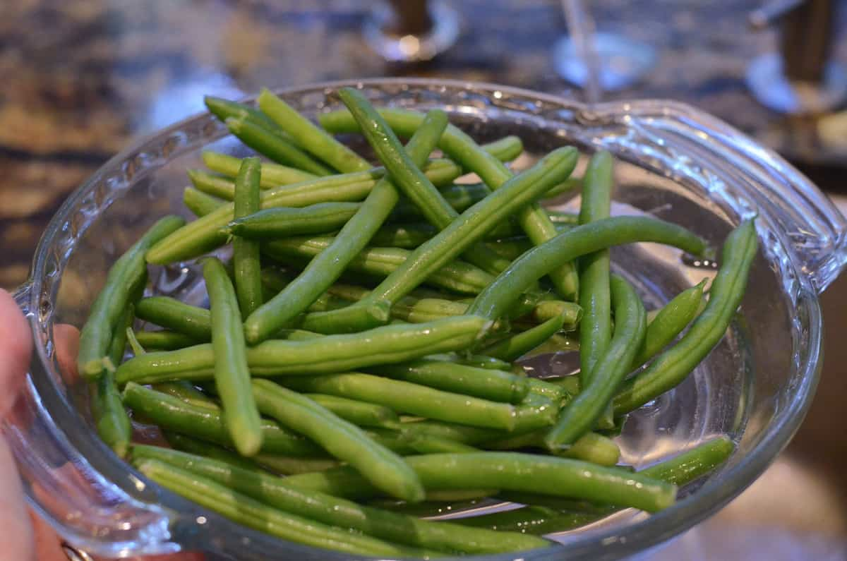 Green beans in a glass pie dish.