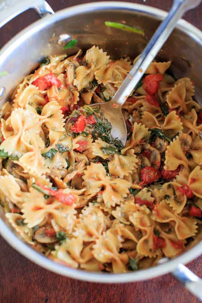 One Pot Spinach and Mushroom Bowtie Pasta | 30 Easy One Pot Recipes for Busy Days